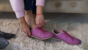 Kobieta wręcza odmienianie szpilki sneakers zbiory wideo