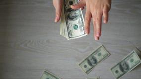 Kobieta wręcza odpady pieniądze na szarym tle zdjęcie wideo