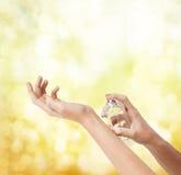 Kobieta wręcza opryskiwania pachnidło zdjęcie royalty free