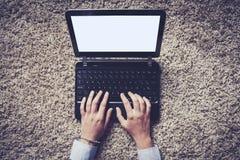 Kobieta wręcza pisać na maszynie na laptopie, rocznika styl Obraz Stock