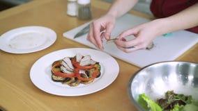 Kobieta wręcza podesłanie sałatki na talerzu w restauraci 4k zbiory wideo