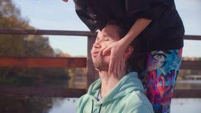 Kobieta wręcza robić chińskiemu twarz masażowi dla mężczyzny zbiory wideo