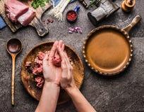 Kobieta wręcza robić mięsnym piłkom na kuchennego stołu tle z mięsem, siły mięsem, maszynka do mięsa i łyżką, odgórny widok Gotow Fotografia Royalty Free