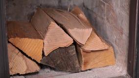 Kobieta wręcza robić ogieniowi - umieszczać drewnianych bloki zbiory