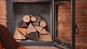 Kobieta wręcza robić ogieniowi - umieszczać rozpałkę zbiory