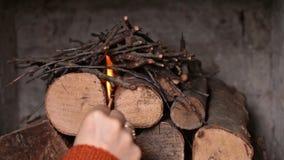 Kobieta wręcza robić ogieniowi - zaświecać rozpałkę zbiory wideo