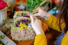 Kobieta wręcza robić pięknemu bukietowi kwiaty na tle zdjęcia royalty free