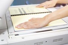 Kobieta wręcza stawiać prześcieradło papier w kopiowego przyrząd zdjęcie stock