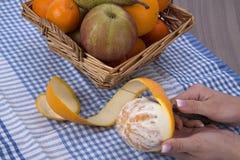 Kobieta wręcza strugać pomarańcze Zdjęcie Royalty Free