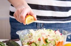 Kobieta wręcza sumujących warzywa naczynia fotografia stock