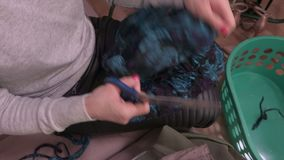 Kobieta wręcza tnącą tkaninę z nożycami zdjęcie wideo