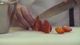 Kobieta wręcza tnące truskawki zbiory wideo
