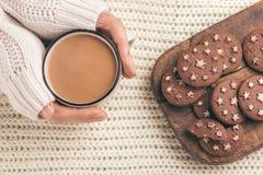 Kobieta wręcza trzymać filiżankę gorący kakao zdjęcia stock