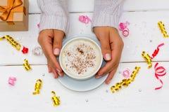 Kobieta wręcza trzymać filiżankę kawy na białym drewnianym stole z prezenta pudełkiem Obraz Royalty Free