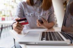 kobieta wręcza trzymać kredytową kartę i używać mobilnego mądrze telefon dla Zdjęcie Stock