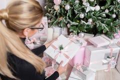 Kobieta wręcza trzymać małego eleganckiego prezent z faborkiem Wakacje i świętowania pojęcie Obraz Royalty Free