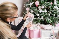 Kobieta wręcza trzymać małego eleganckiego prezent z faborkiem Wakacje i świętowania pojęcie Zdjęcie Stock