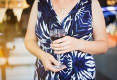 Kobieta wręcza trzymać szkło wino przy przyjęciem Zdjęcie Stock