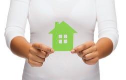 Kobieta wręcza trzymać zielonego dom Fotografia Royalty Free