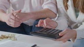 Kobieta wręcza używać kalkulatora, para planuje rodzinnego budżet zbiory wideo