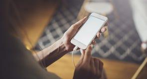 Kobieta wręcza używać telefon komórkowego przy słonecznym dniem w miejsce pracy horyzontalny zamazujący tło fotografia royalty free