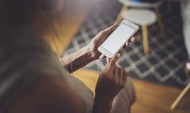 Kobieta wręcza używać telefon komórkowego przy słonecznym dniem w miejsce pracy horyzontalny zamazujący tło zdjęcie royalty free