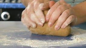 Kobieta wręcza ugniatać ciasto w mące, krańcowy zbliżenie kolor oceniać zdjęcie wideo
