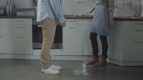 Kobieta wr?cza upadanie talerza na kuchennej pod?odze zbiory