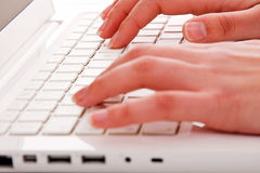 kobieta wręcza wzruszających komputerowych klucze podczas pracy Zdjęcia Stock