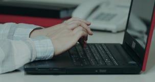 Kobieta wręcza zbliżenia klapanie na klawiaturze od notatnika zbiory wideo