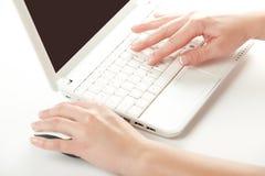 kobieta wręcza klawiaturowego laptop Obraz Stock