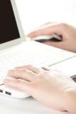 kobieta wręcza klawiaturowego laptop Obrazy Royalty Free