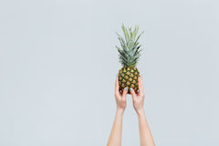 Kobieta wręcza mienie ananasa Obrazy Royalty Free