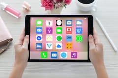Kobieta wręcza mienie pastylki komputer z domowego ekranu ikon apps Zdjęcie Stock