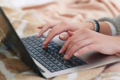 Kobieta wręcza typ na laptopie Gadka, komunikacja Zdjęcia Stock
