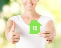 Kobieta wręcza trzymać zielonego dom Zdjęcia Royalty Free
