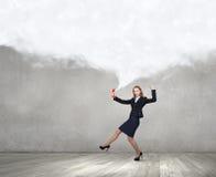 Kobieta wrzask w czerwonym odbiorcy Zdjęcie Stock