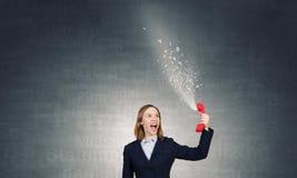 Kobieta wrzask w czerwonym odbiorcy Fotografia Royalty Free