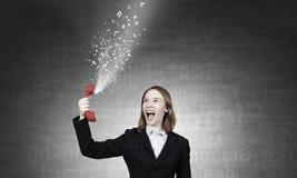 Kobieta wrzask w czerwonym odbiorcy Mieszani środki Zdjęcia Stock