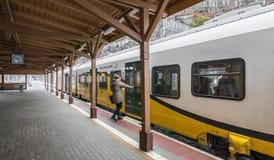 Kobieta wsiada pociąg Obrazy Stock