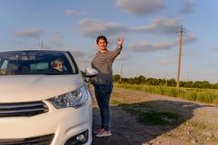Kobieta wskazuje out sposób żeński kierowca obrazy stock
