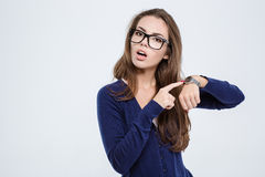 Kobieta wskazuje palec na wristwatch Zdjęcia Stock