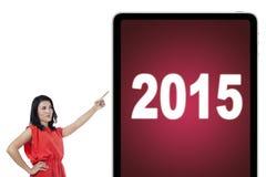 Kobieta wskazuje przy liczbami 2015 na pokładzie Zdjęcia Stock