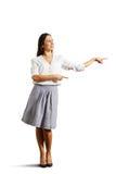 Kobieta wskazuje przy pustym copyspace Zdjęcie Stock