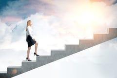Kobieta wspina się niebo zdjęcie royalty free