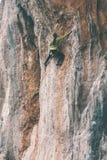 Kobieta wspina się skałę Fotografia Stock