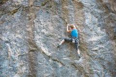 Kobieta wspina się skałę zdjęcia stock