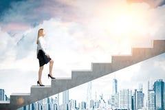 Kobieta wspinaczkowi schodki w mieście zdjęcia royalty free