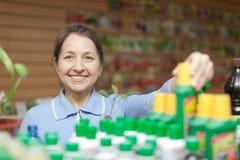 Kobieta wybiera ciekłego użyźniacz przy sklepem Obraz Stock