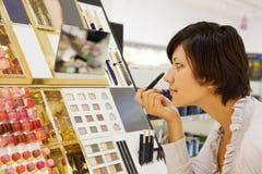 Kobieta wybiera kosmetyka Zdjęcia Royalty Free